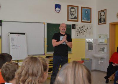 44_Obisk pisatelja Primoža Suhodolčana_r
